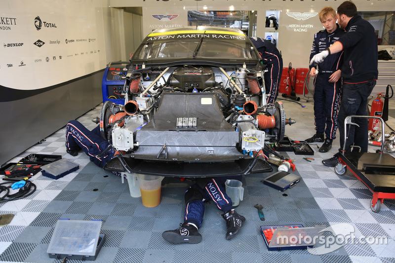 #97 Aston Martin Racing Aston Martin Vantage : les mécaniciens travaillent sur le moteur