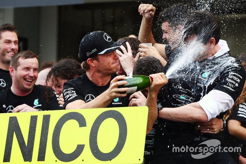 Il vincitore della gara Nico Rosberg, Mercedes AMG F1 festeggia la vittoria del titolo costruttori con Toto Wolff, Azionista e Direttore Esecutivo Mercedes AMG F1e il team