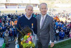 Huub Vermeulen, voorzitter Stichting DNRT, krijgt koninklijke onderscheiding van Niek Meijer, burgem