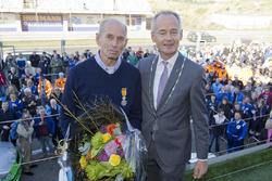 Huub Vermeulen, voorzitter Stichting DNRT, krijgt koninklijke onderscheiding van Niek Meijer, burgemeester Zandvoort