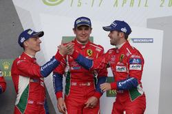 (L naar R): James Calado met Davide Rigon, Sam Bird, #71 AF Corse Ferrari F488 GTE op het podium