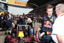 Daniil Kvyat, Red Bull Racing avec le Dr Helmut Marko, Consultant Red Bull Motorsport sur la grille