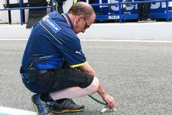Michelin mühendisi pist sıcaklığını ölçüyor