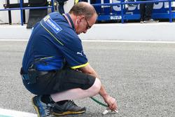 Michelin-Ingenieur misst die Streckentemperatur