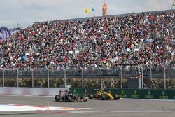 Carlos Sainz Jr., Scuderia Toro Rosso STR11 and Jolyon Palmer, Renault Sport F1 Team RS16 battle for position