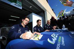 #97 Aston Martin Racing Aston Martin Vantage GTE: Marco Sorensen, Jonathan Adam, Fernando Rees firmano autografi ai tifosi