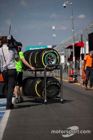 Neumáticos Pirelli en un carro en los pits