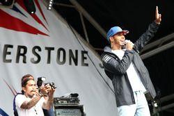 Lewis Hamilton, Mercedes AMG F1en el escenario de Silverstone