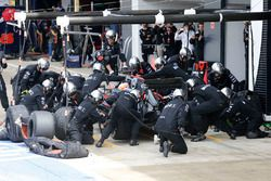 Fernando Alonso, McLaren MP4-31 dans les stands