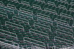Los stands esperan la llegada de aficionados a las carreras en el Michigan International Speedway