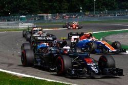 Kollision: Jenson Button, McLaren MP4-31; Pascal Wehrlein, Manor Racing MRT05