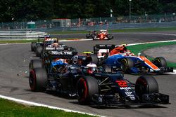Jenson Button, McLaren MP4-31 viene colpito da Pascal Wehrlein, Manor Racing MRT05 alla partenza del
