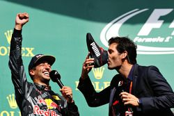 Podio: Daniel Ricciardo, Red Bull Racing con Mark Webber