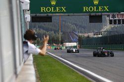 Fernando Alonso, McLaren, wird zu Platz 7 beglückwünscht