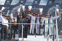 Podio: ganadores de la carrera Enzo Ide, Christopher Mies, segundo lugar Jules Szymkowiak, Bernd Sch