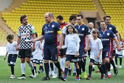 Le Prince Albert de Monaco et Fernando Alonso, McLaren, lors d'un match de football caritatif