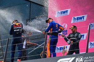 Max Verstappen, Red Bull Racing, Toyoharu Tanabe, F1 Technical Director, Honda, Lando Norris, McLaren, en Valtteri Bottas, Mercedes, op het podium
