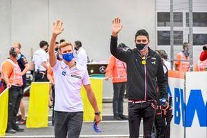 Mick Schumacher, Haas F1, Esteban Ocon, Alpine F1, en el desfile de pilotos