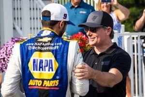 Ganador Chase Elliott, Hendrick Motorsports, Chevrolet Camaro NAPA Auto Parts en victory lane con Jeff Gordon