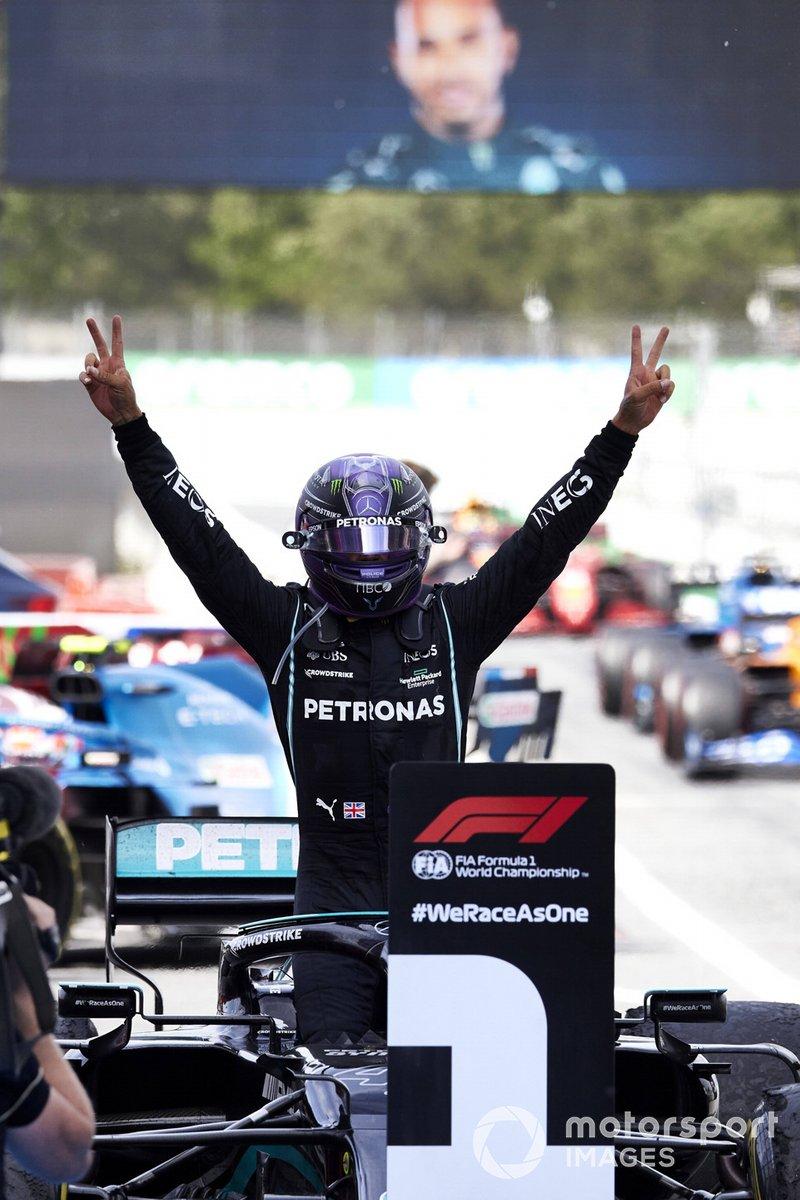 Lewis Hamilton, Mercedes, primera posición, lo celebra en el Parque Cerrado