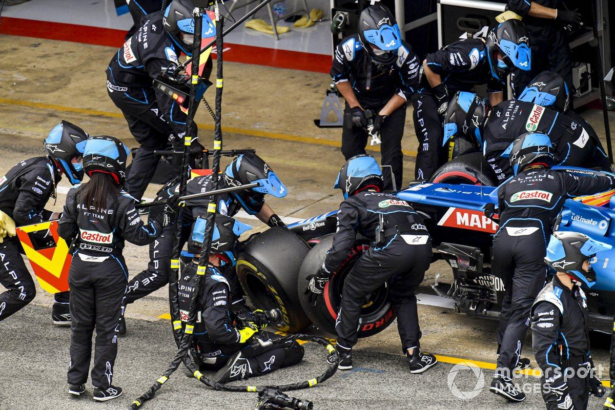 Fernando Alonso, Alpine A521, en los boxes
