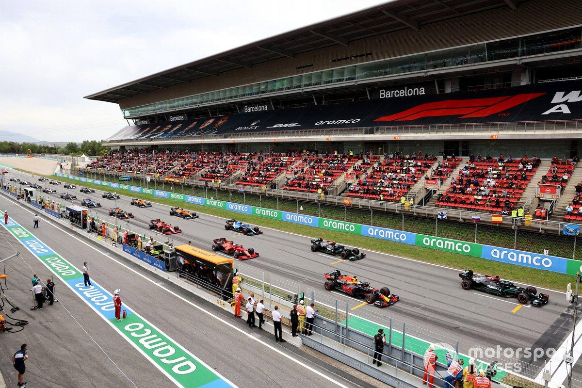 Lewis Hamilton, Mercedes W12, Max Verstappen, Red Bull Racing RB16B, y Valtteri Bottas, Mercedes W12, se preparan en la parrilla para la salida