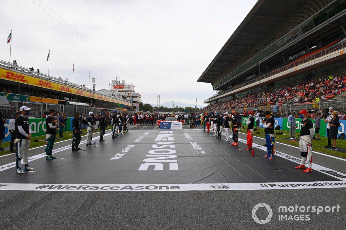Los pilotos se sitúan en la parrilla de salida en apoyo de la campaña We race as one