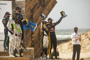 Podio dell'Ocean Prix con Mikaela Ahlin-Kottulinsky, Kevin Hansen, JBXE Extreme-E Team e il trofeo