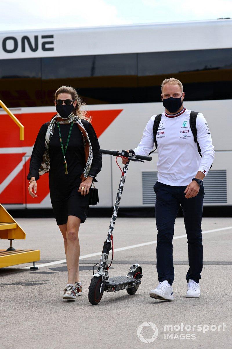 Tiffany Cromwell y Valtteri Bottas, Mercedes, en el paddock