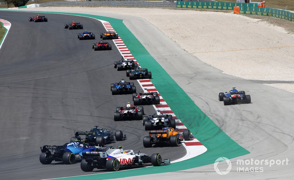 Fernando Alonso, Alpine A521, va fuori pista davanti ad Antonio Giovinazzi, Alfa Romeo Racing C41, Yuki Tsunoda, AlphaTauri AT02, Daniel Ricciardo, McLaren MCL35M, Lance Stroll, Aston Martin AMR21, Nicholas Latifi, Williams FW43B e Mick Schumacher, Haas VF-21