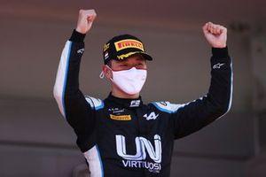 Race winner Guanyu Zhou, UNI-Virtuosi