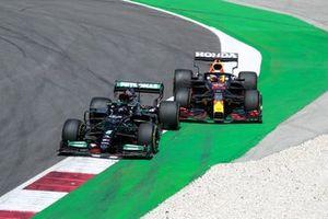 Lewis Hamilton, Mercedes W12, in gevecht met Max Verstappen, Red Bull Racing RB16B