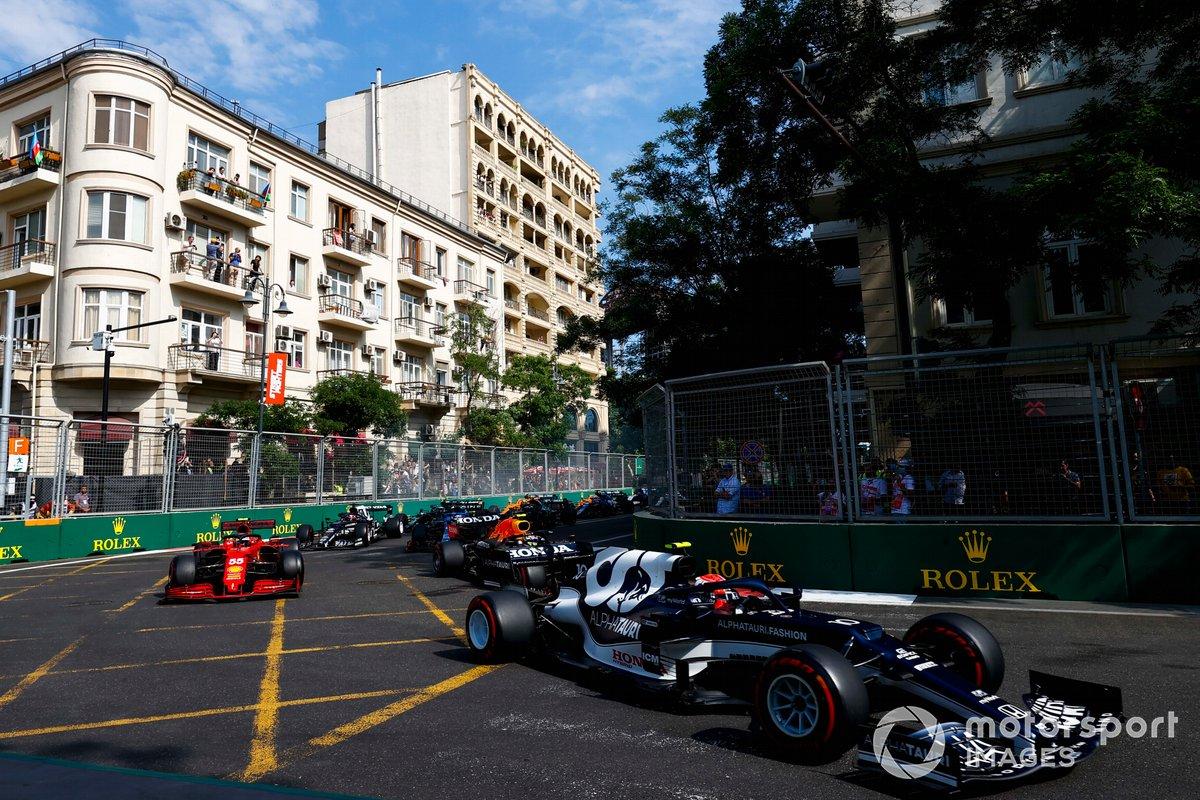 Pierre Gasly, AlphaTauri AT02, Carlos Sainz Jr., Ferrari SF21, Sergio Perez, Red Bull Racing RB16B e il resto del gruppo