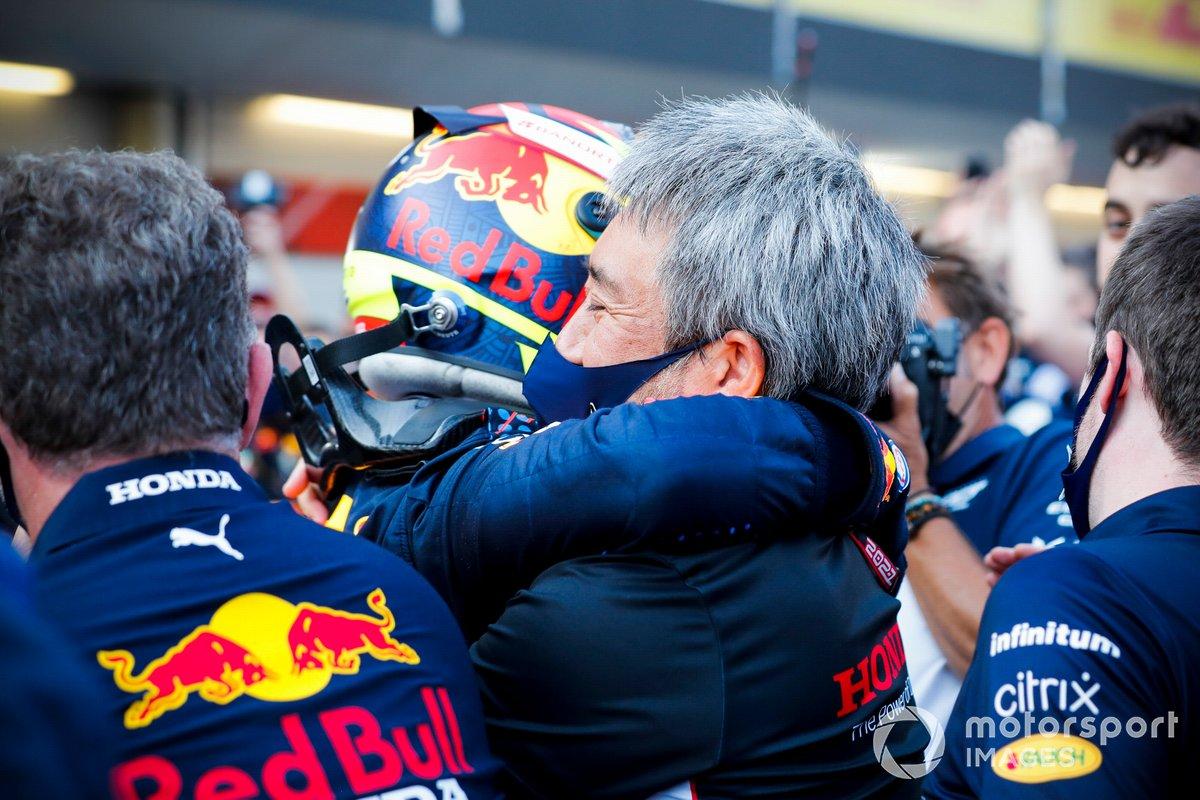 Sergio Pérez, Red Bull Racing, 1ª posición, Masashi Yamamoto, Director General de Honda Motorsport, y el equipo Red Bull celebran en el Parc Ferme