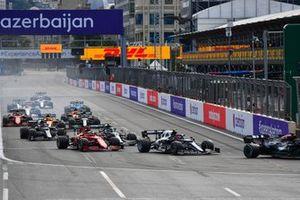 Pierre Gasly, AlphaTauri AT02, Charles Leclerc, Ferrari SF21, en de rest van het veld