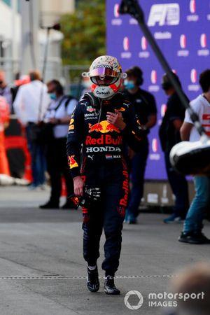 Max Verstappen, Red Bull Racing, torna ai box dopo il ritiro