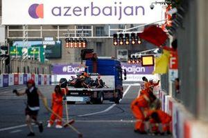 De beschadigde auto van Max Verstappen, Red Bull Racing RB16B, na een crash
