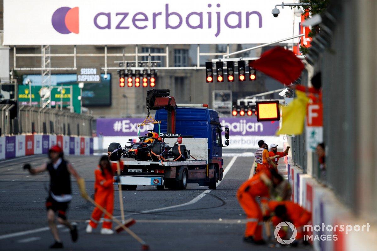 El coche de Max Verstappen, el Red Bull Racing RB16B, se es retirado tras el accidente