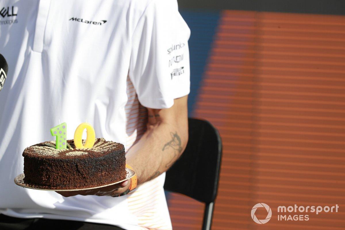 Daniel Ricciardo, McLaren con una tarta