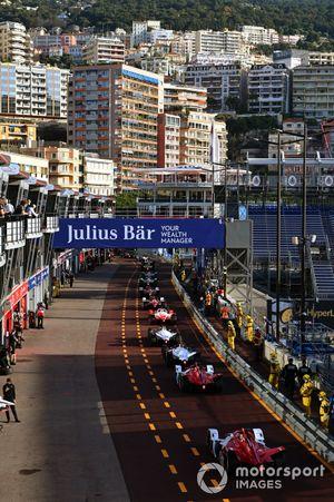 The cars leave the pitlane with Sergio Sette Camara, Dragon Penske Autosport, Penske EV-5