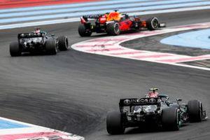 Max Verstappen, Red Bull Racing RB16B, devance Sir Lewis Hamilton, Mercedes W12 et Valtteri Bottas, Mercedes W12