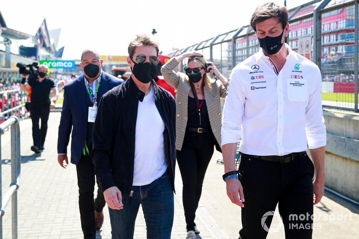 El actor Tom Cruise y Toto Wolff, director del equipo y consejero delegado de Mercedes AMG, en la parrilla