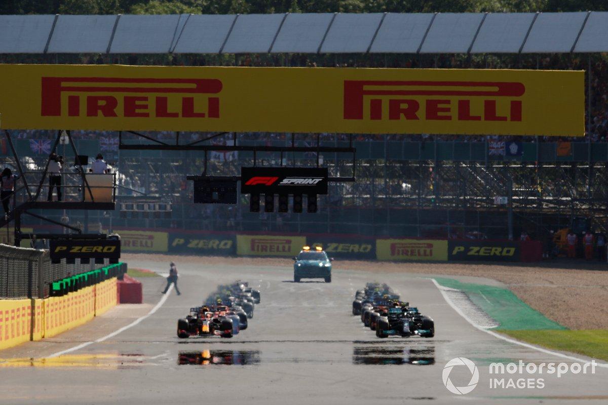 Inicio de la carrera Sprint, Lewis Hamilton, Mercedes W12, Max Verstappen, Red Bull Racing RB16B