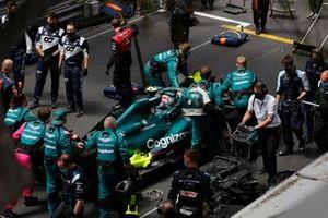 Mechanics push the car of Sebastian Vettel, Aston Martin AMR21, on the grid
