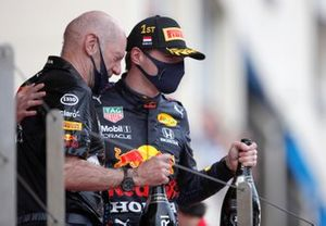Adrian Newey, Chief Technical Officer, Red Bull Racing, e Max Verstappen, Red Bull Racing, primo classificato, sul podio
