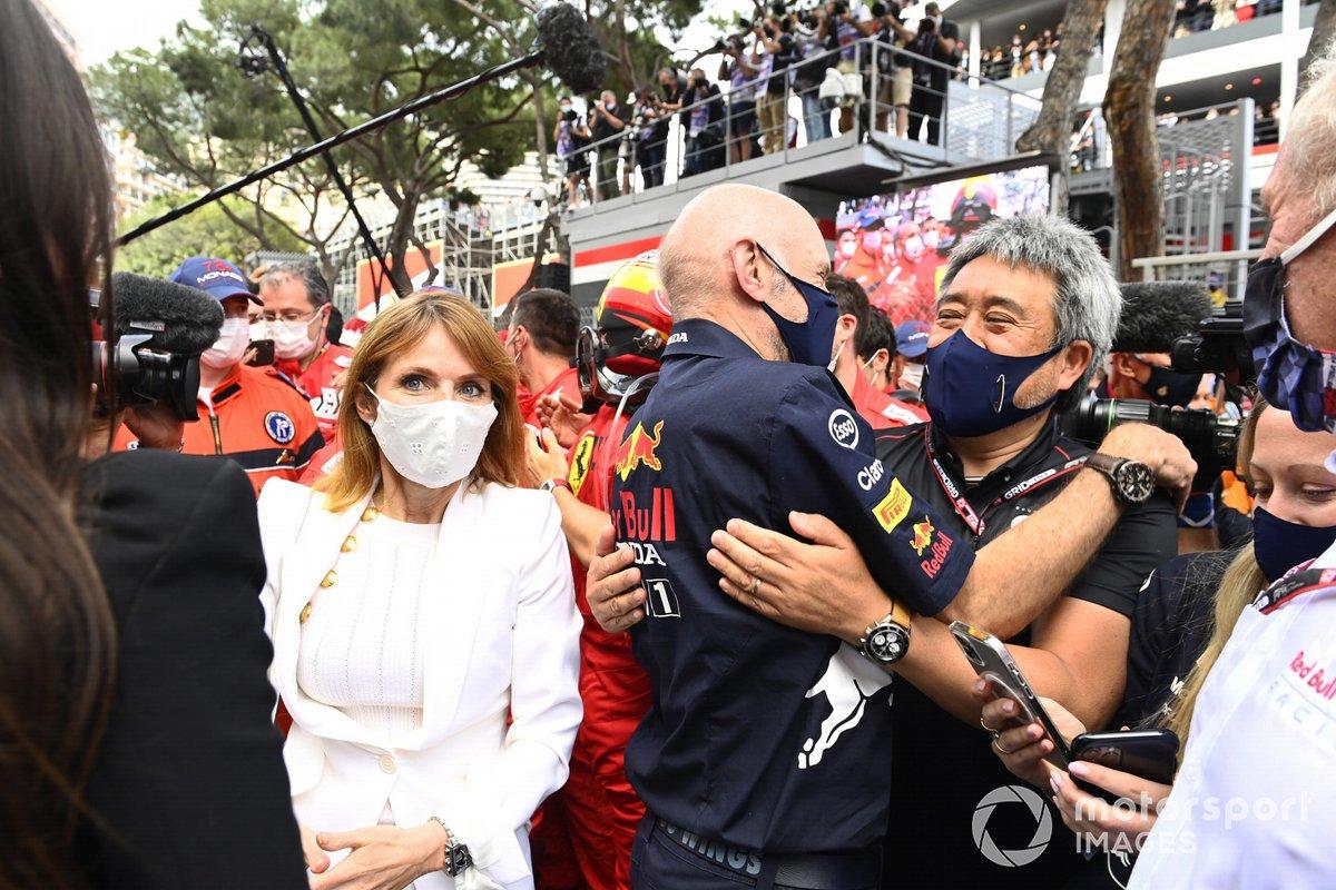 Geri Horner, Adrian Newey, Director Técnico de Red Bull Racing, y Masashi Yamamoto, Director General de Honda Motorsport, celebran en el Parc Ferme