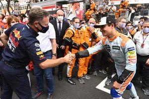 Christian Horner, Team Principal, Red Bull Racing, si congratula con Lando Norris, McLaren, 3a posizione, nel Parc Ferme