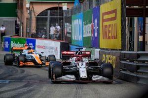 Kimi Raikkonen, Alfa Romeo Racing C41,Daniel Ricciardo, McLaren MCL35M