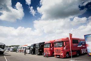 Superbike-Renntransporter im Fahrerlager
