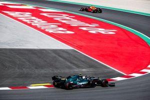 Max Verstappen, Red Bull Racing RB16B, Sebastian Vettel, Aston Martin AMR21